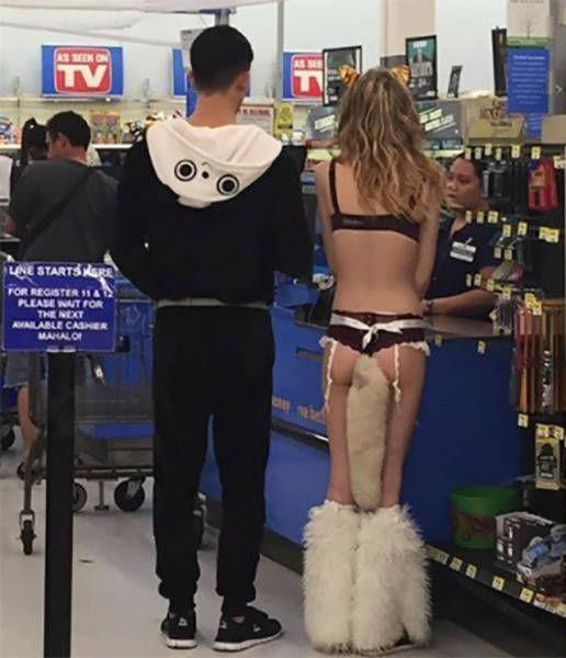 девушка в нижнем белье в супермаркете