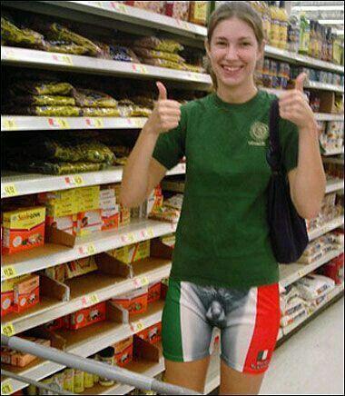 девушка в неприличных шортах в супермаркете