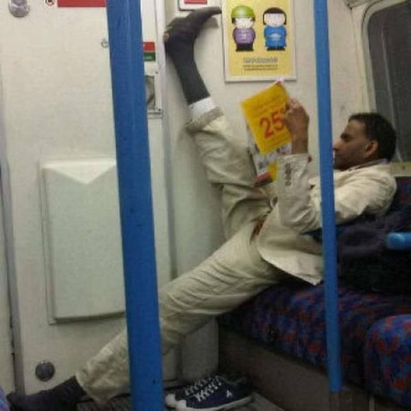 мужчина читает в метро
