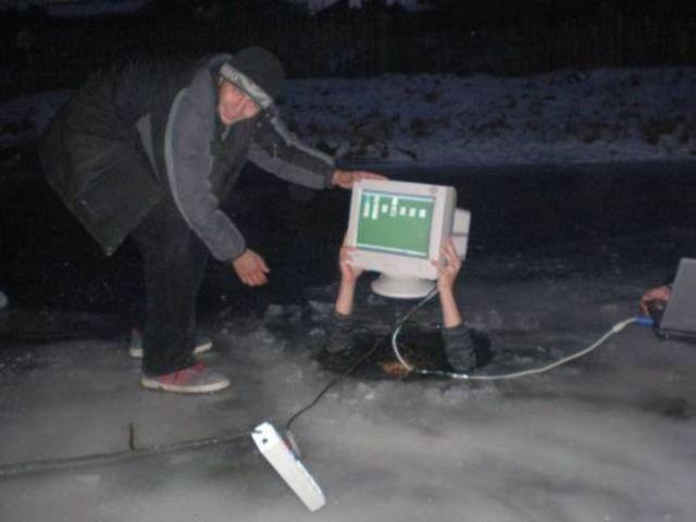 парень провалился под лед с компьютером в руках