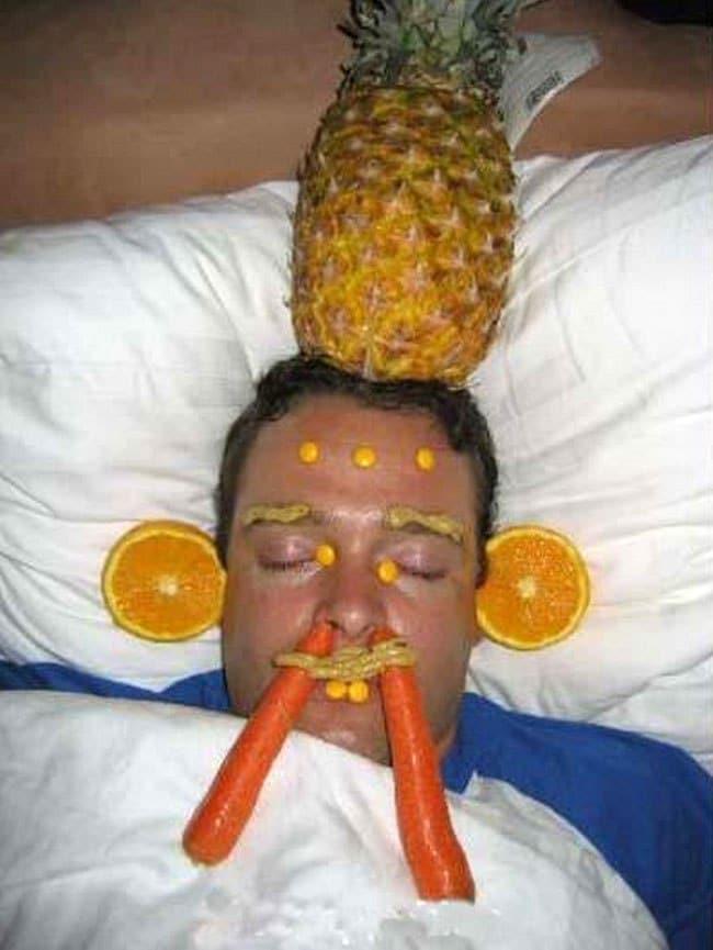 парень спит с ананасом на голове