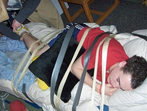 спящего парня привязали к кровати