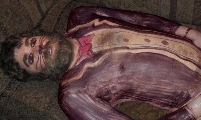бородатый мужчина спит на диване