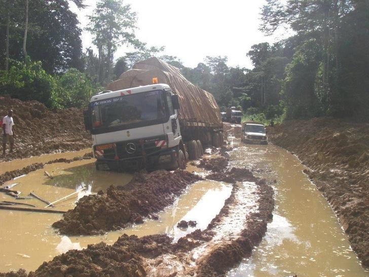 грузовик застрял в грязи