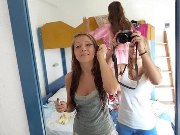 девушки фотографируют себя в зеркале