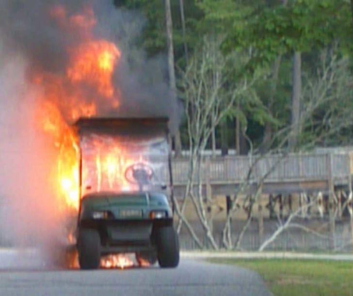 машина для гольфа в огне