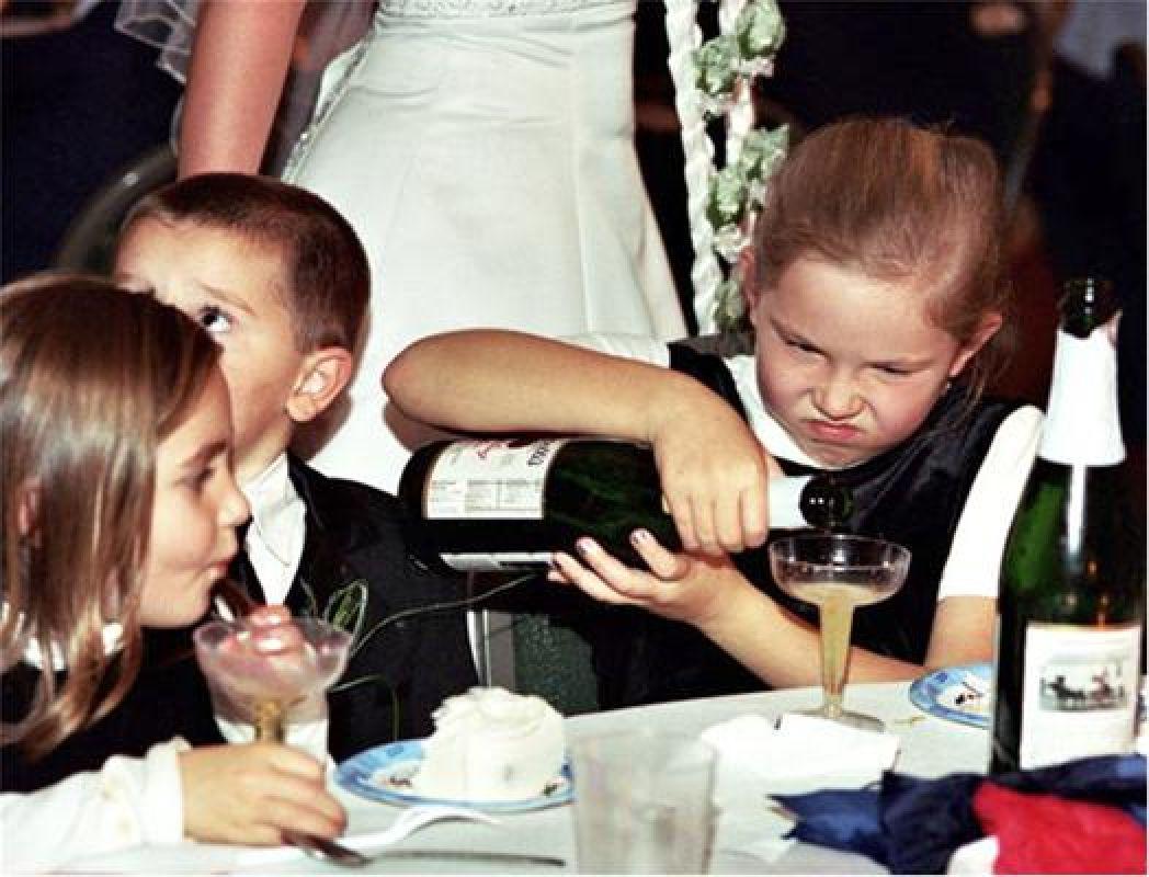 дети за свадебным столом
