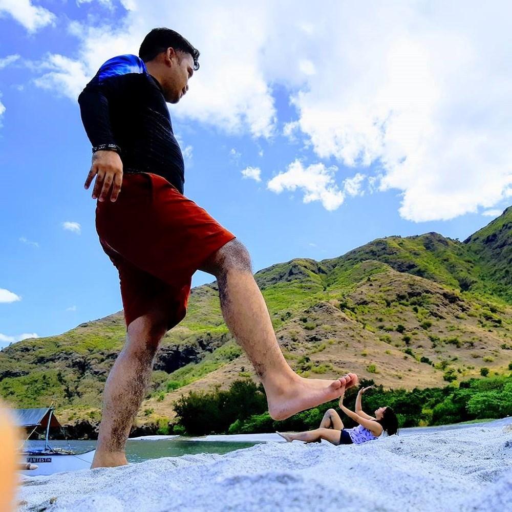 парень на пляже