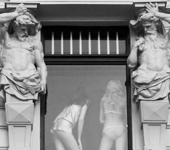 девушки в окне