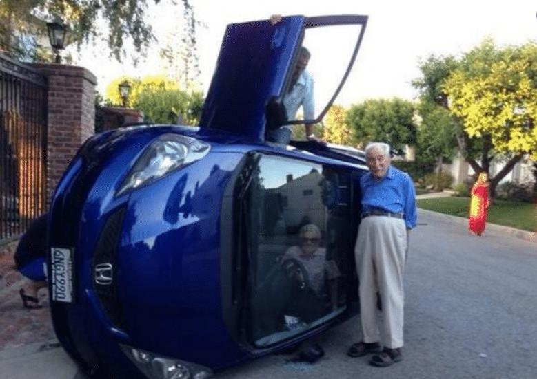 перевернутая машина и пожилая пара