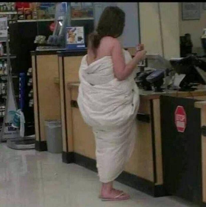 девушка в одеяле стоит в магазине