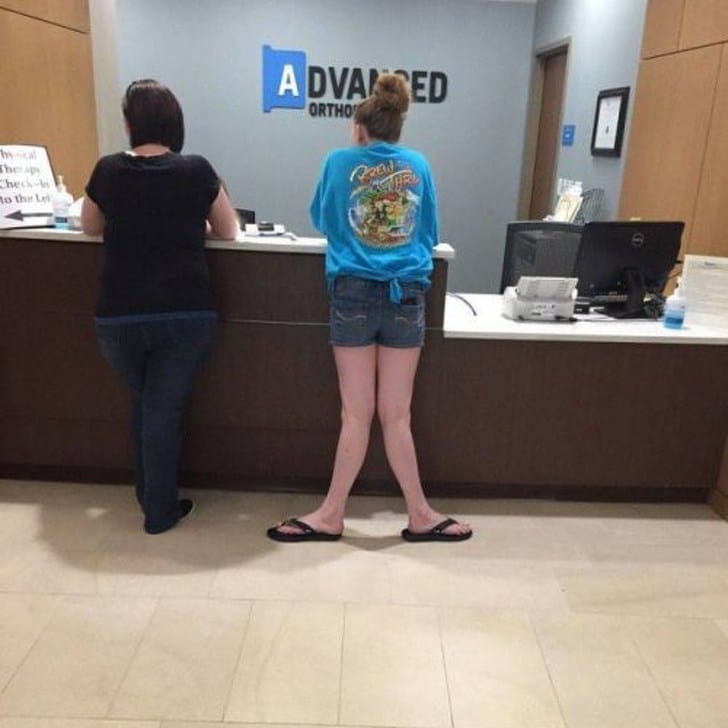 девушка со странными ногами