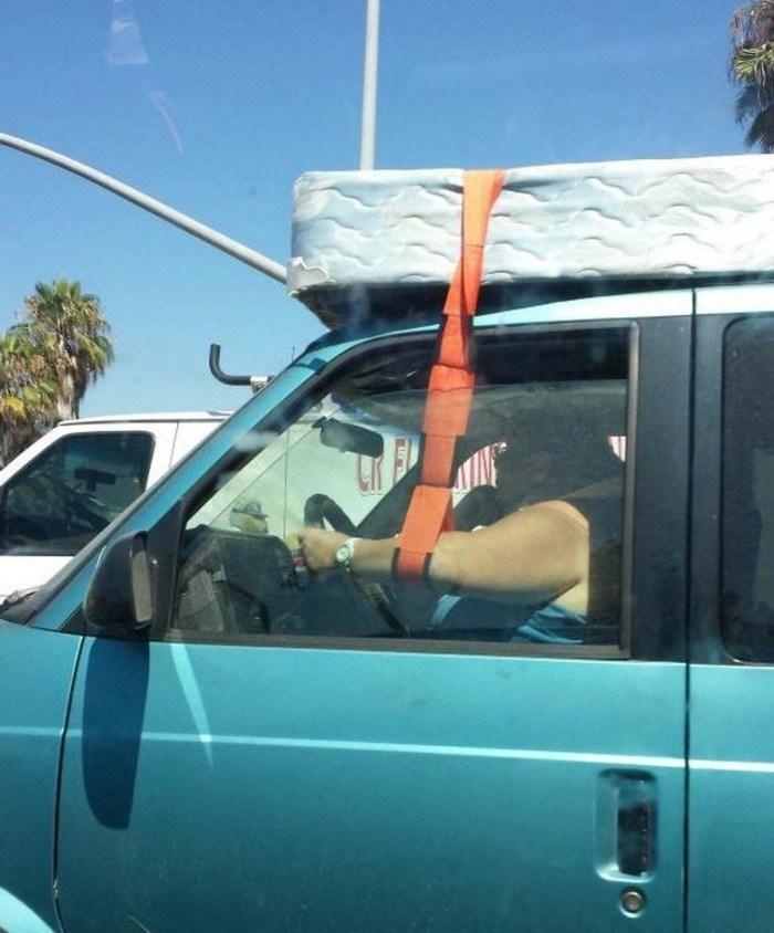 матрас на крыше автомобиля
