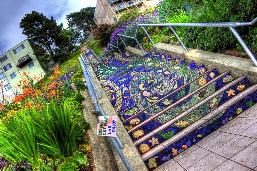 раскрашенная лестница