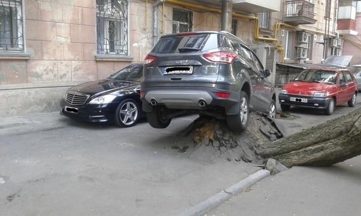 машина въехала в бугор