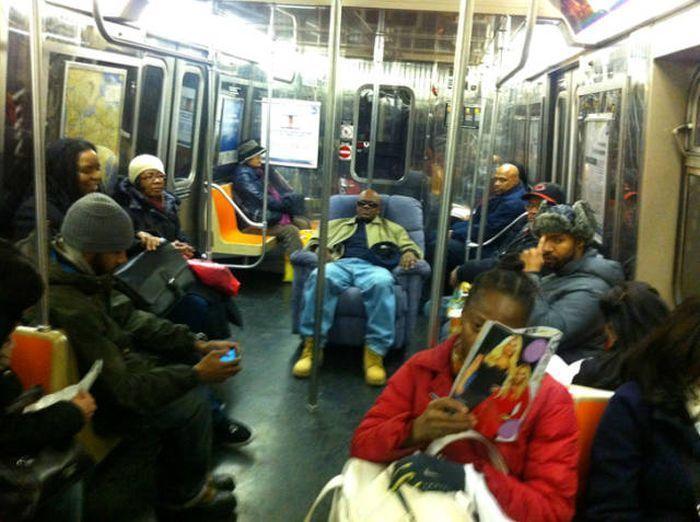 мужчин сидит в кресле в метро