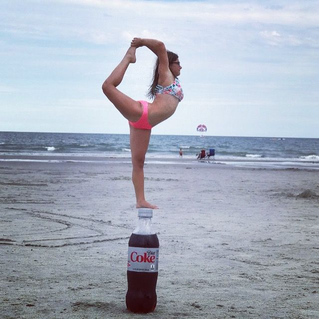 девушка занимается йогой на пляже