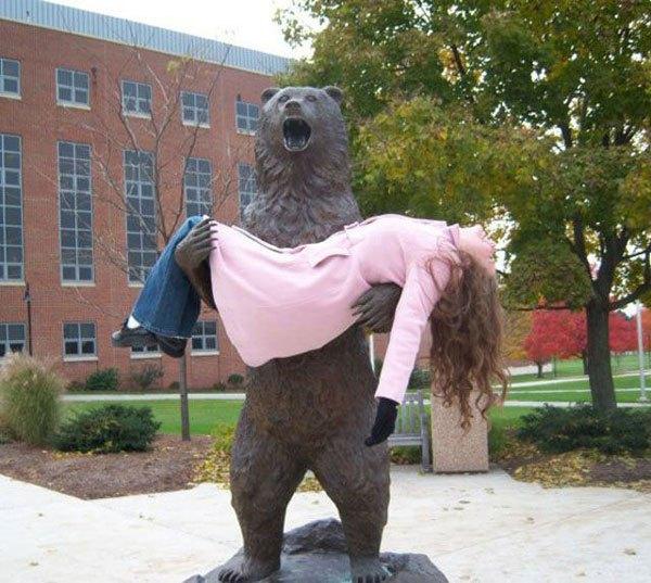 девушка на статуе медведю