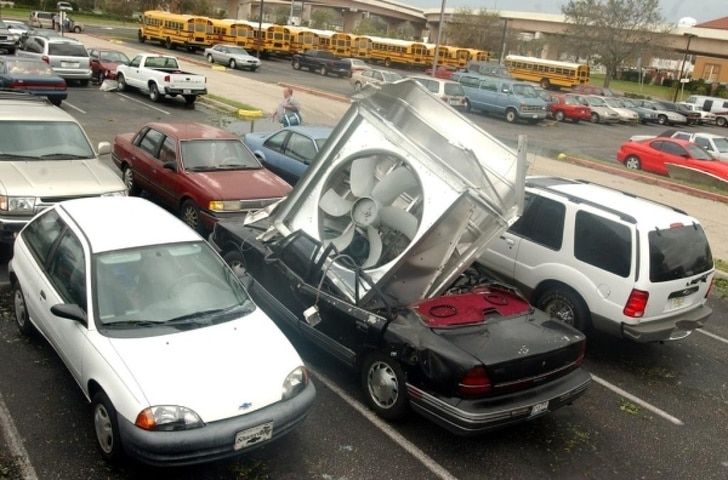 вентилятор торчит в машине