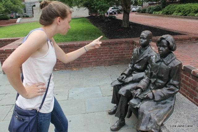 девушка рядом с памятником