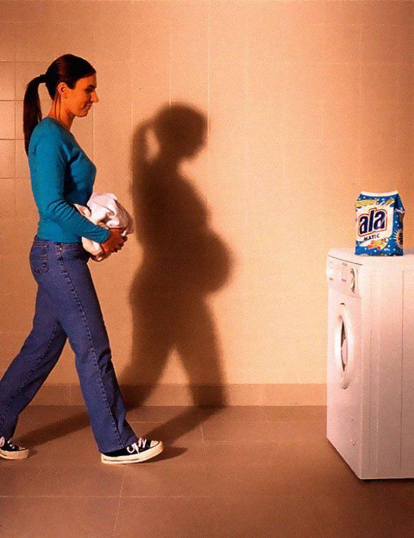 девушка идет к стиральной машине