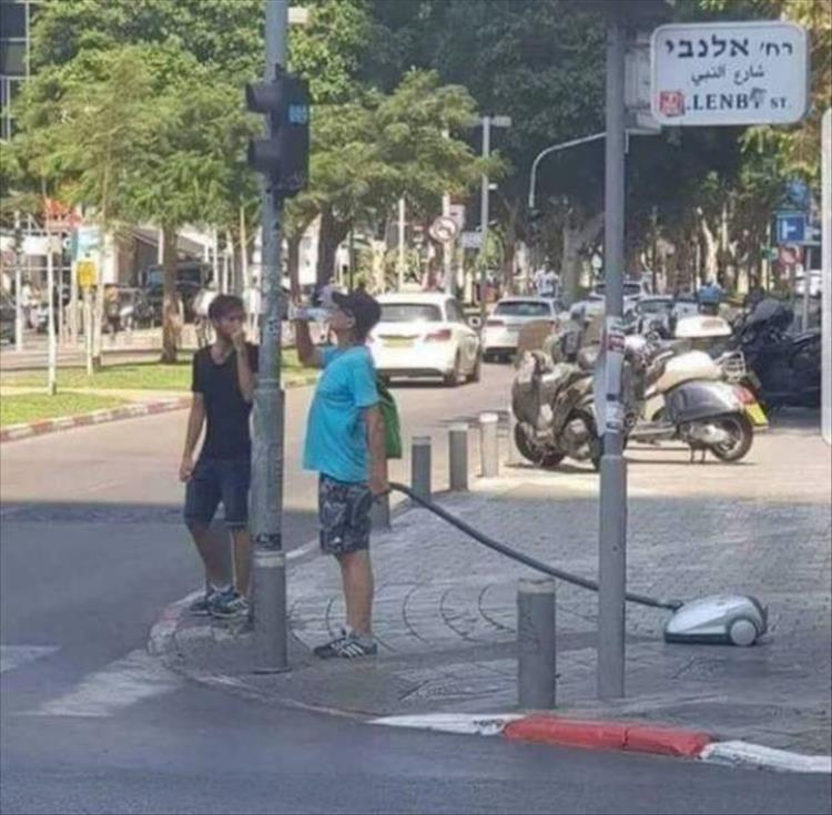 мужчина с пылесосом на перекрестке