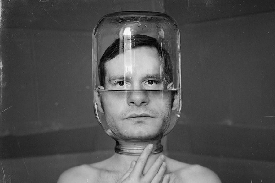 мужчина с банкой на голове