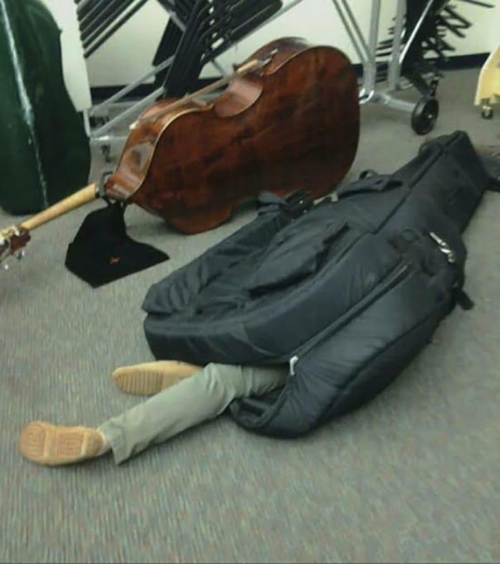 парень спит в чехле от виолончели