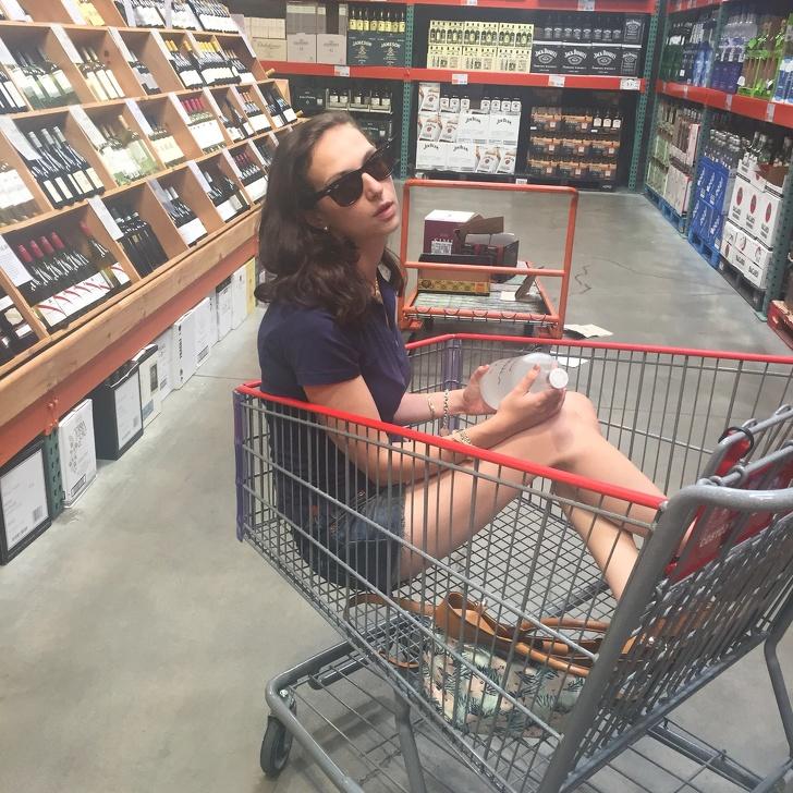 девушка в магазинной тележке
