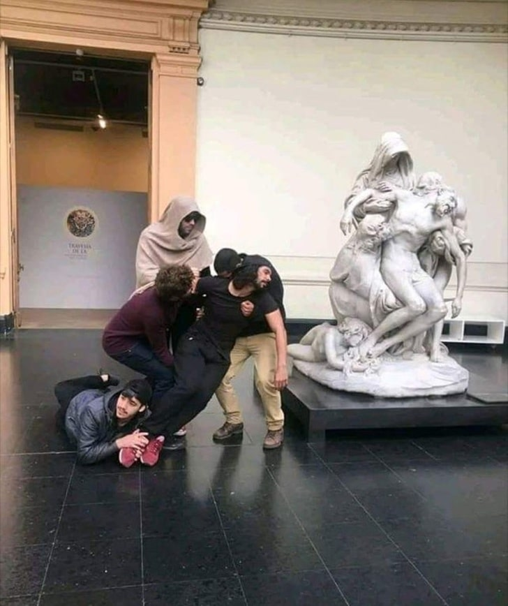 парни копируют статую