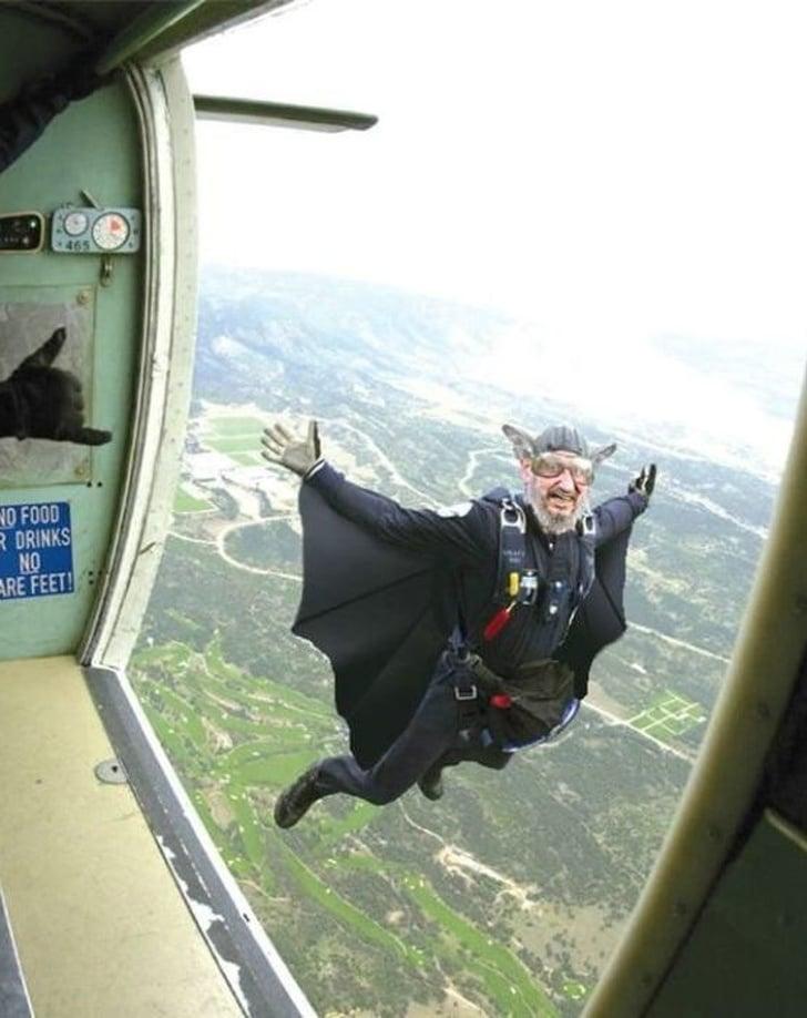 мужчина прыгает с самолета