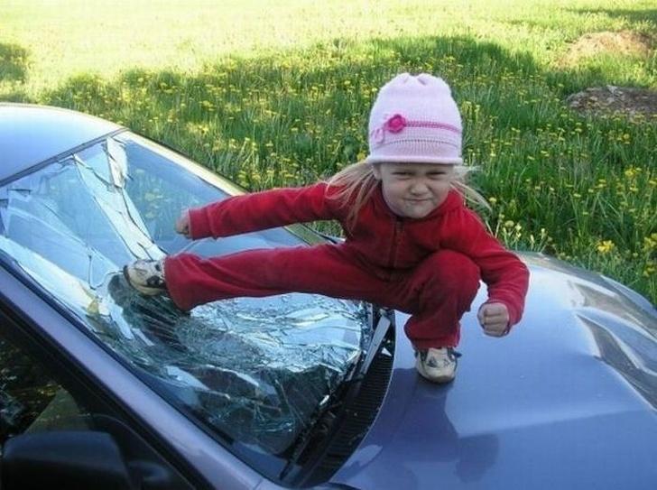 девочка на капоте авто