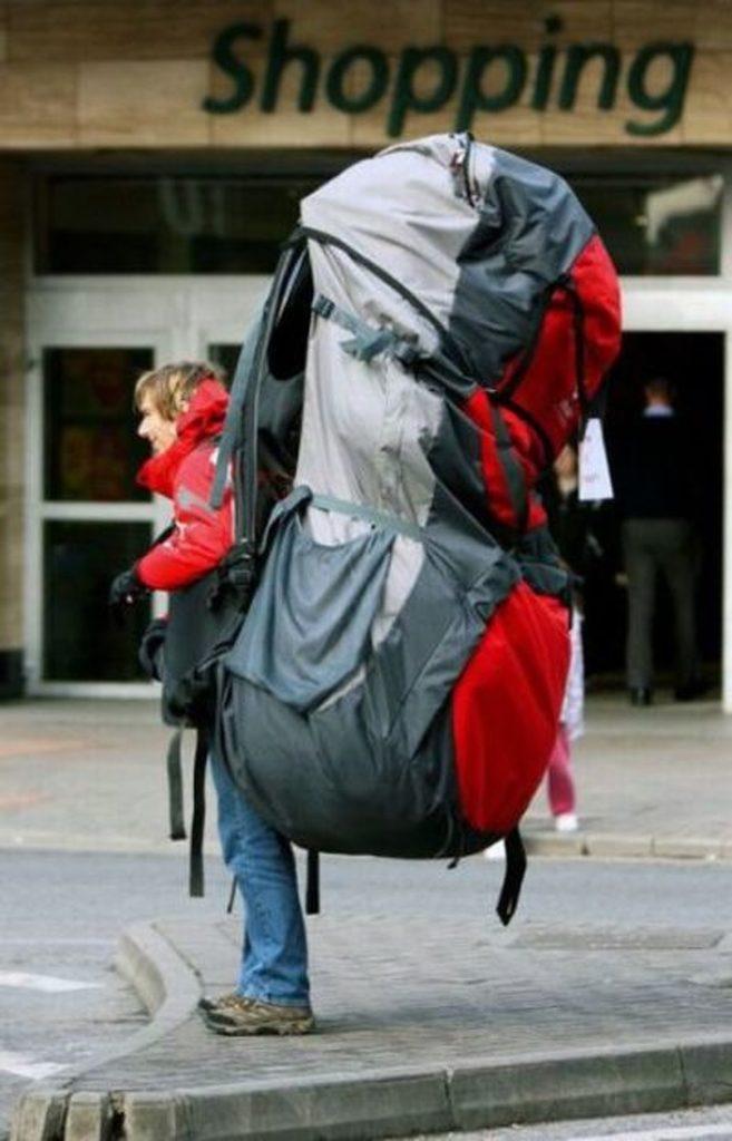 мужчина с огромным рюкзаком на спине