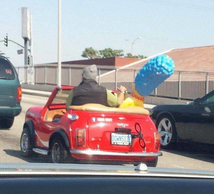 мужчина в красной машине