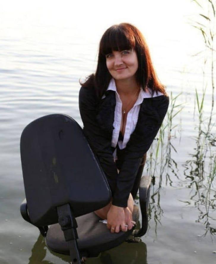 женщина на кресле в воде