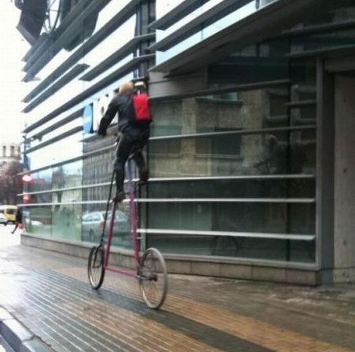 мужчина на высоком велосипеде