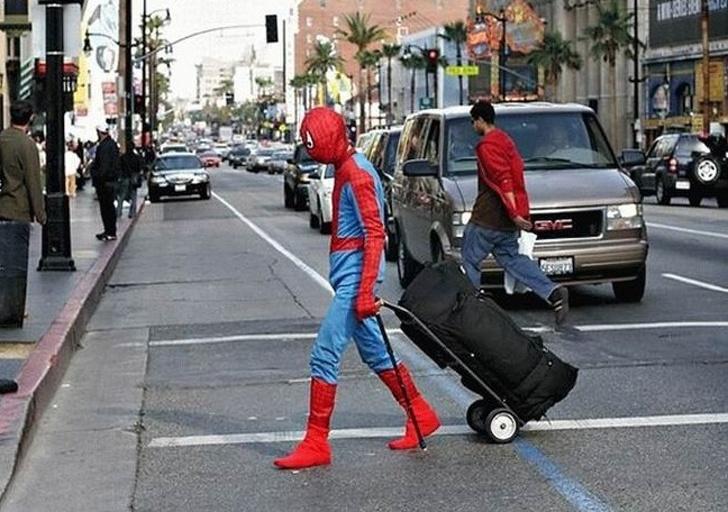 человек-паук с чемоданом
