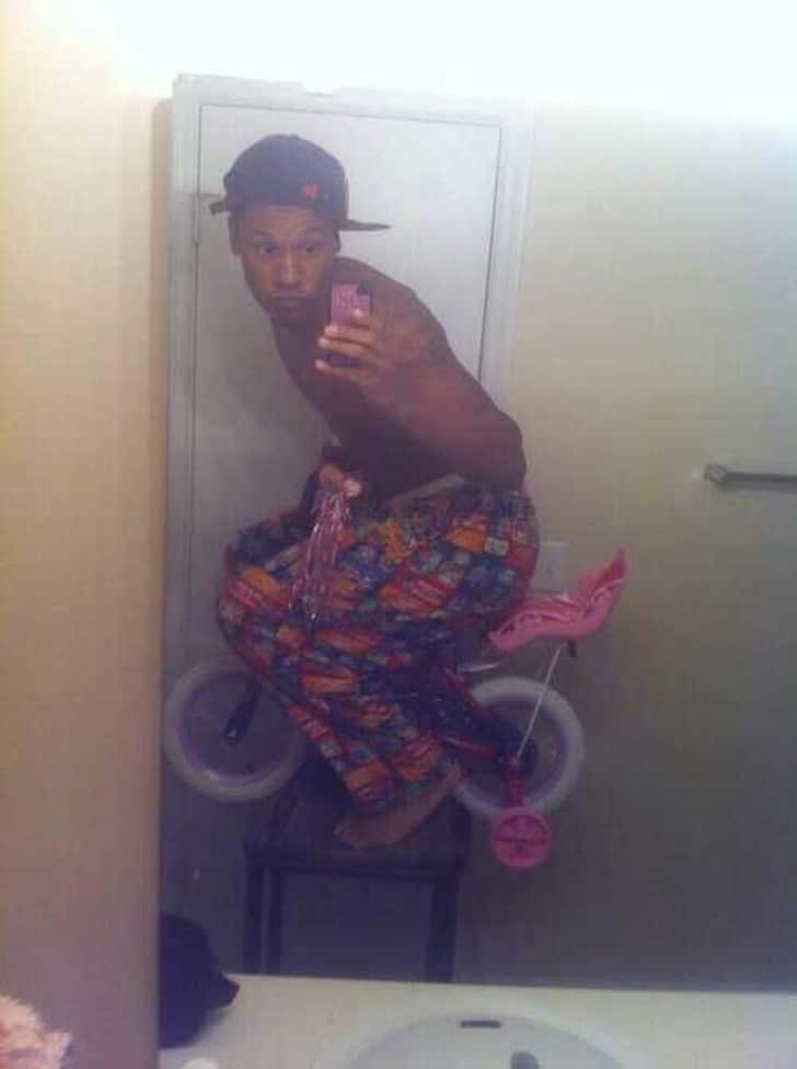 парень на детском велосипеде