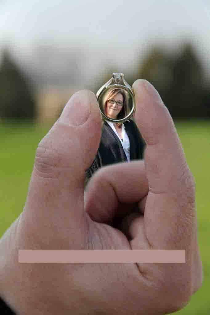 женщина в кольце