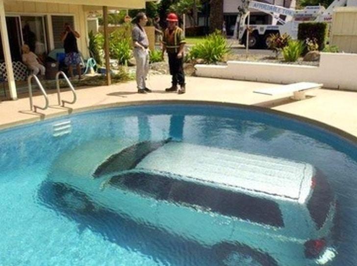 авто в бассейне