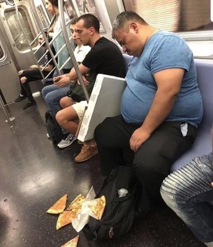 пицца выпала из коробки