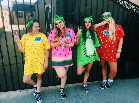 девушки в костюмах фруктов