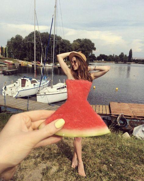 девушка в платье из арбуза