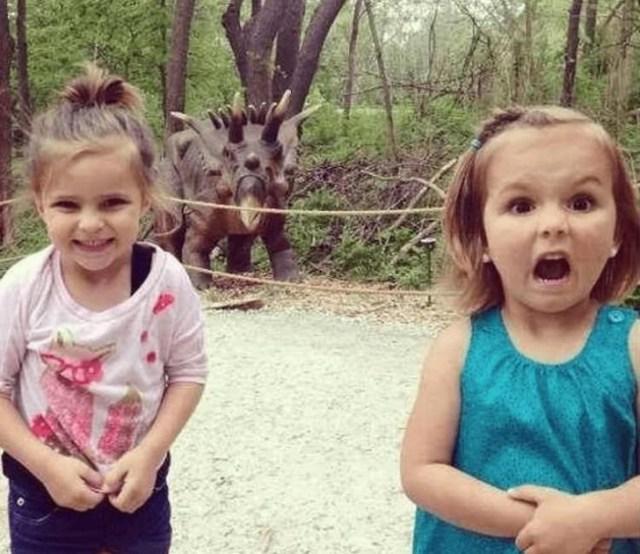 девочки и динозавр