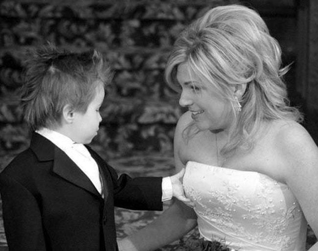 мальчик трогает невесту за грудь