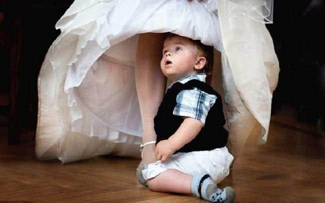 ребенок под платьем невесты