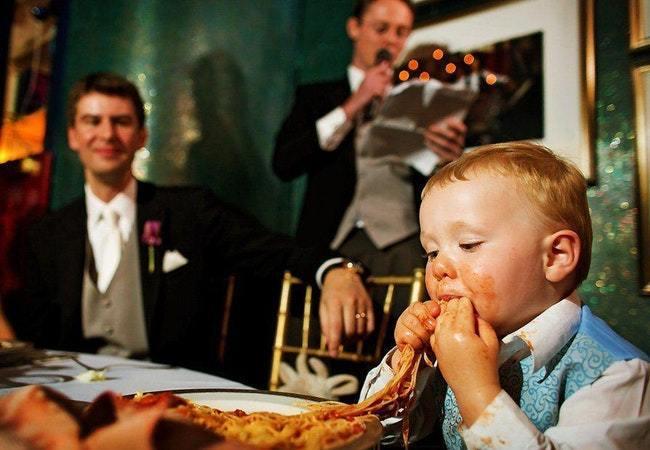 ребенок ест спагетти
