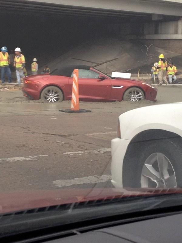 машина застряла в асфальте