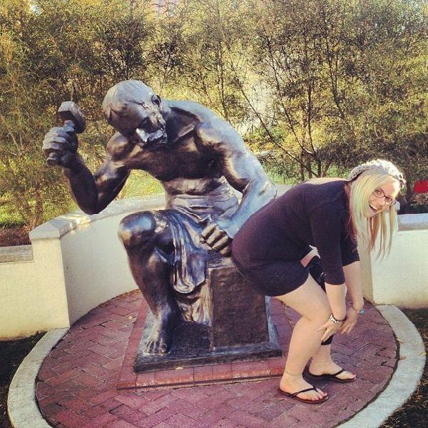 блондинка рядом с памятником