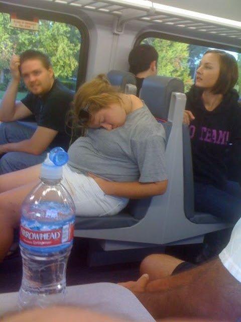 спящая женщина в общественном транспорте
